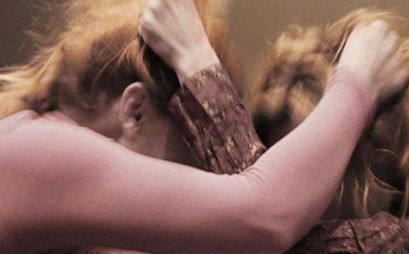 У Рожищі судили хуліганку, яка била та тягала волосся жінки на зупинці