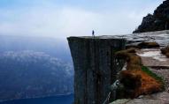 Зірвалася зі скелі: рятувальники намагалися допомогти несправжній жінці