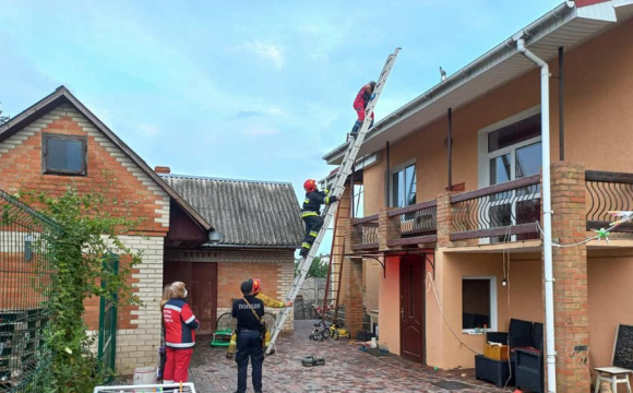 У Здолбунові з даху будинку знімали мертвого чоловіка