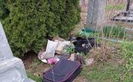 На Волині кладовище перетворили на сміттєзвалище