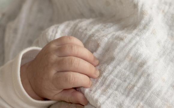 Чоловік закопав на цвинтарі недоношену дитину