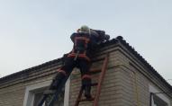 На Волині з даху будинку знімали літнього чоловіка. ФОТО