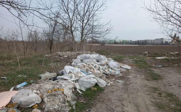 Лучани влаштували сміттєзвалище біля Нового ринку. ФОТО