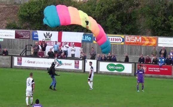 Під час матчу на футбольне поле приземлився парашутист. ВІДЕО