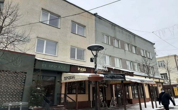 Свята закінчилися: в Луцьку демонтують новорічні прикраси