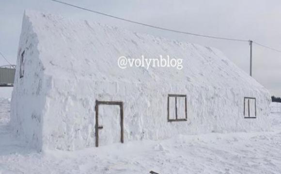 На Волині зліпили величезний сніговий будинок. ФОТО