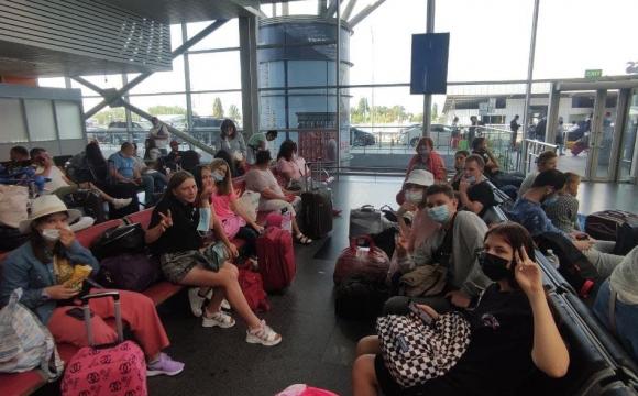 10 дітей і 2 дорослих: у Борисполі літак «забув» частину пасажирів і полетів без них. ФОТО. ВІДЕО