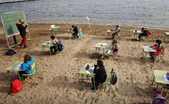 Коли хочеться йти на уроки: школа в Іспанії проводить уроки на пляжі. ФОТО