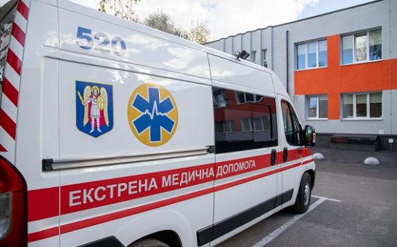 Поранений чоловік напав на медиків та намагався вистрибнути з вікна