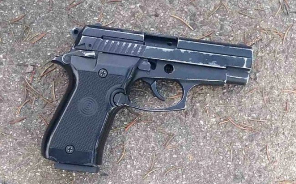 У Луцьку біля меморіалу затримали чоловіка з пістолетом. ФОТО
