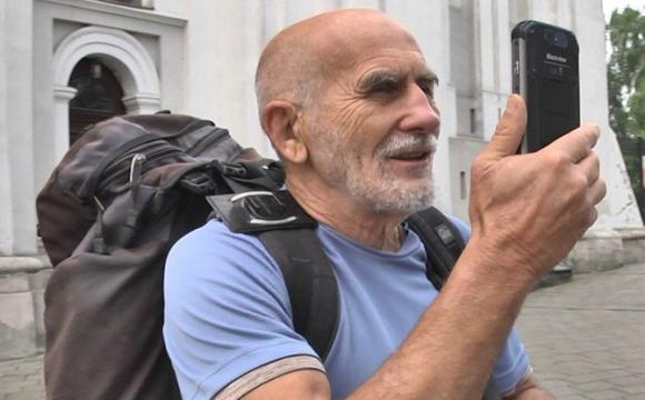 «Громадянин світу» прийшов до Луцька босоніж. ФОТО