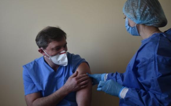 На Волині першим від коронавірусу вакцинували лікаря Олега Яковенка. ФОТО