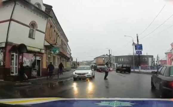 У Ковелі пішохід перебігав дорогу поза «зеброю» і отримав штраф. ВІДЕО
