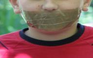 Заклеює рот скотчем і б'є по голові: в Луцьку вихователька знущається з дошкільнят. ВІДЕО