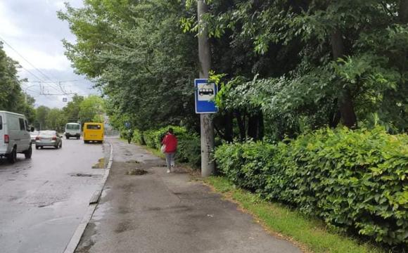 У Луцьку неподалік входу в центральний парк облаштували зупинку. ФОТО