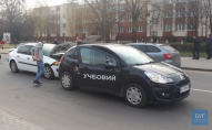 У Володимирі легковик «Рено» в'їхав у навчальне авто. ФОТО