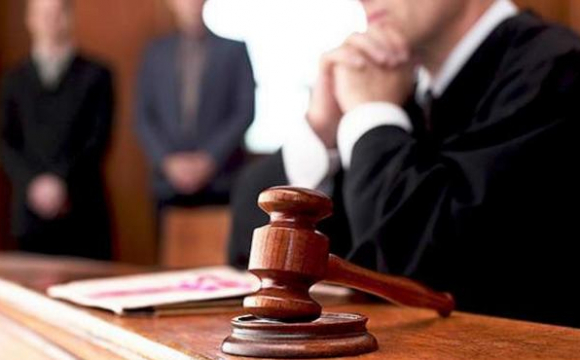Жінка 4 роки домагається суддю: називає своїм чоловіком та надсилає «полуничку»