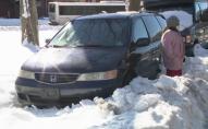 Жінка через сильний снігопад п'ять днів провела в автомобілі