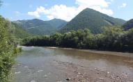 Пішли порибалити і застрягли посеред річки: на Закарпатті стався моторошний інцидент з дітьми. ВІДЕО