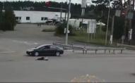 Чоловік бігав по трасі, поки його не збила машина. ВІДЕО