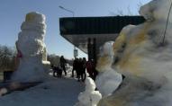 Під Луцьком зліпили гігантського сніговика-кухаря. ВІДЕО