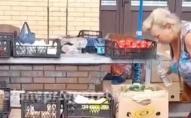 Продавчиня на ринку, «щоб освіжити», плювала на овочі. ВІДЕО