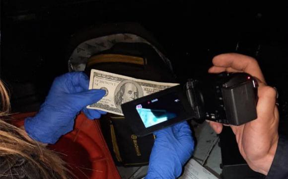 У Луцьку водій пропонував патрульним «комплімент» у вигляді доларів: вони відмовились