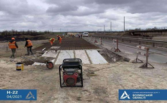 Ремонт мосту через річку Лугу, де травмувалося п'ять робітників, продовжується. ФОТО
