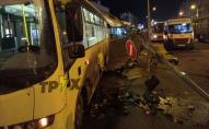 Некероване таксі повалило стовп, який упав на маршрутку з пасажирами