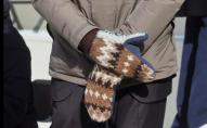 Мережа вибухнула: в'язані рукавички зробили сенатора США зіркою мемів. ФОТО