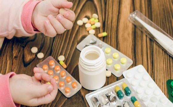 Чому в Україні заборонять продавати ліки дітям
