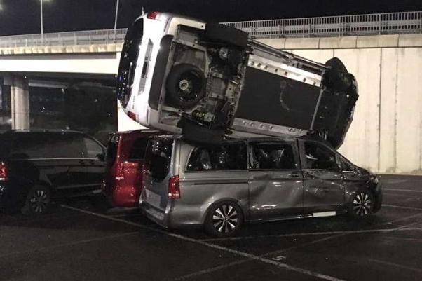 Розлютився і сів на бульдозер: працівник Мерседес знищив 50 елітних авто. ФОТО. ВІДЕО