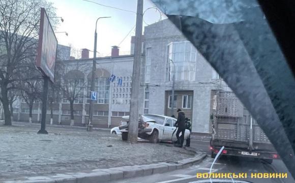 У Луцьку «Волга» перевірила на міцність стовп: водія госпіталізували. ФОТО