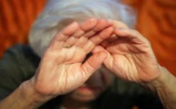 Бабуся кричала з вікна про допомогу: внук застосовував до жінки домашнє насильство. ВІДЕО