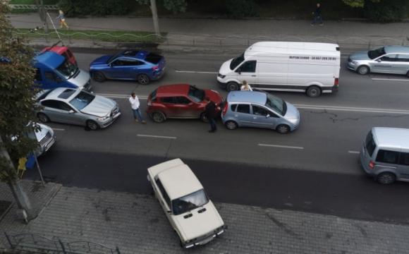 Потрійне ДТП у Луцьку: на дорозі утворився затор