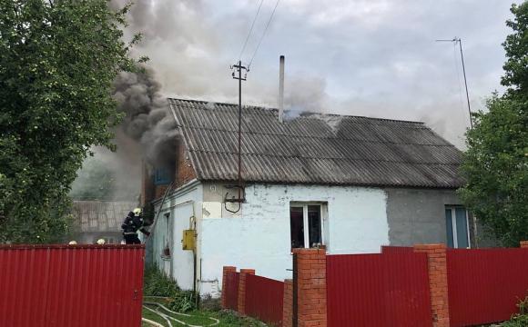 У Володимирі-Волинському пожежа: палав дах будинку. ФОТО