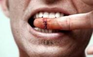 Вкусив за палець і вирвав гаманець: у Нововолинську злодій обікрав пенсіонера