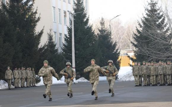 Українським військовим дозволили піднімати ногу нижче під час кроку
