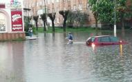 Гондольєри по-українськи: у Червонограді люди плавають затопленими вулицями. ВІДЕО