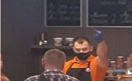 Сервіс по-луцьки: працівник кафе показував гостям непристойні жести. ФОТО