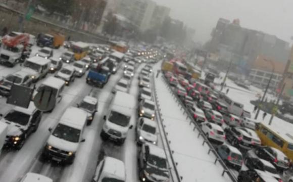 Київ стоїть у заторах: столицю засипає снігом