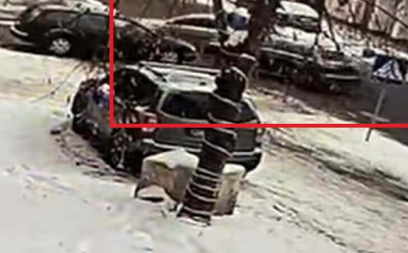 Камера спостереження зафіксувала, як у центрі Луцька 2 автівки не вписались в 1 поворот. ФОТО