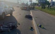 Загинув на місці: п'яний пішохід штовхнув велосипедиста під вантажівку. ФОТО