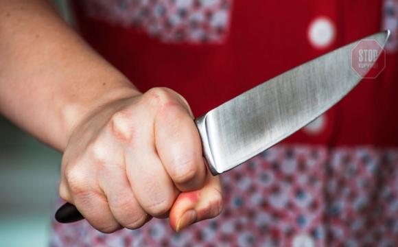 У Рівному 2-річний син штрикнув ножем матір