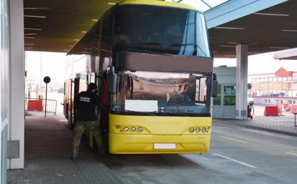Поляки на кордоні розвернули автобус з українцями.