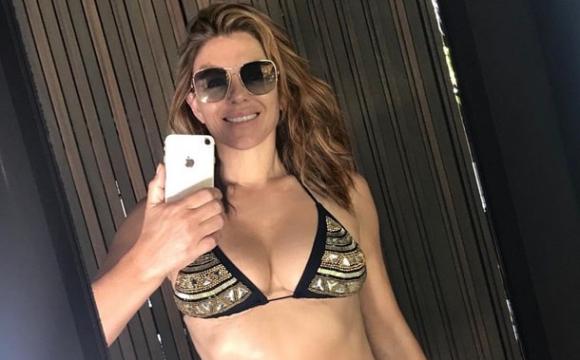 Відома 56-річна актриса показала пікантні фото топлес