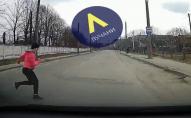 У Луцьку жінка кинулася під колеса автомобіля. ВІДЕО