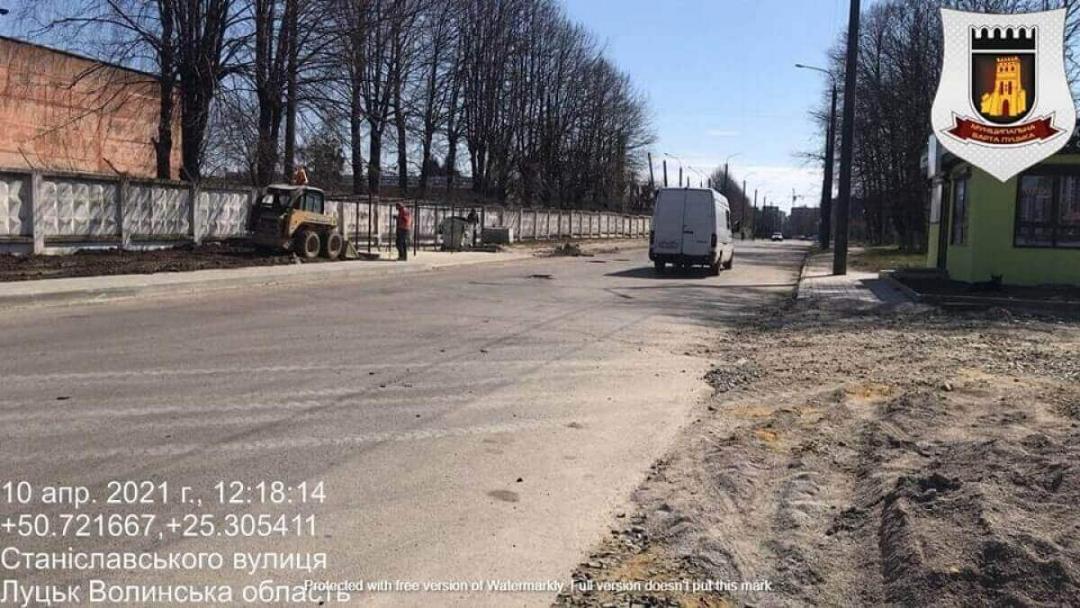 Ще одне авто спіймали на забрудненні вулиці Луцька. ФОТО
