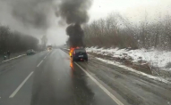 На трасі Луцьк-Дубно посеред дороги спалахнуло авто. ВІДЕО