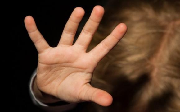 Били по голові та кричали: звірське виховання дитини потрапило на камери. ВІДЕО
